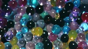 As bolas coloridos decorativas brilham sob a ação da luz filme