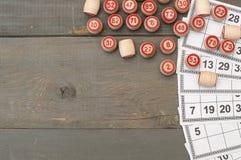As bolas com bingo numeram em uma placa de madeira Fotos de Stock Royalty Free