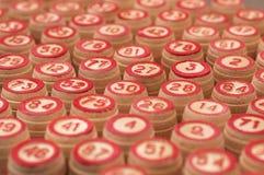 As bolas com bingo numeram em uma placa de madeira Fotos de Stock