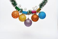 As bolas com ornamento penduram no ouropel verde cintilante O Natal ornaments o conceito Ouropel com Natal fixado fotografia de stock