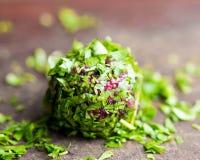 As bolas da beterraba rolaram na salsa, aperitivo saboroso do verão Foto de Stock Royalty Free