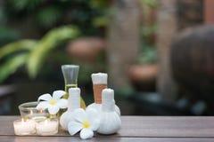 As bolas da compressa da massagem dos termas e os termas tailandeses de sal objetam na matéria têxtil foto de stock royalty free