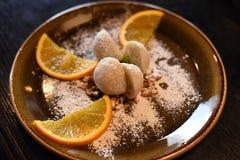 As bolas de arroz da sobremesa, a bola do gelado e as partes de frutos serviram em uma placa escura Imagens de Stock