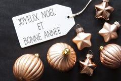 As bolas de bronze da árvore de Natal, Bonne Annee significam o ano novo feliz Fotos de Stock