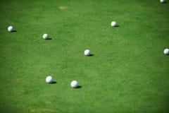 As bolas de golfe fecham-se acima imagem de stock
