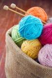 As bolas de lã do fio em um ofício rústico ensacam Foto de Stock Royalty Free