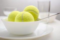As bolas de tênis estão em uma bacia em vez do gelado Variação branca foto de stock royalty free