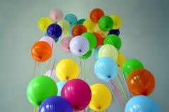 As bolas do arco-íris empilham no céu desagradável, entretenimento, Imagens de Stock