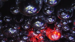 As bolas do espelho refletem raios de luzes coloridas filme
