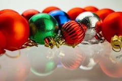 As bolas do Natal estão encontrando-se na superfície de vidro imagem de stock royalty free