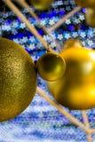 As bolas douradas como ornamento do Natal com sakura deram forma ao bokeh no fundo durante o Natal e o festival do ano novo Imagens de Stock