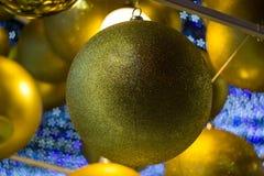 As bolas douradas como ornamento do Natal com sakura deram forma ao bokeh no fundo durante o Natal e o festival do ano novo Fotos de Stock