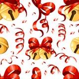 As bolas douradas do sino de Natal com Natal sem emenda vermelho do ícone dos sinos de tinir da decoração do Xmas da fita e da cu Imagens de Stock