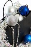 As bolas e o ouropel do Natal no presente ensacam o símbolo do isolat do ano novo Imagem de Stock Royalty Free