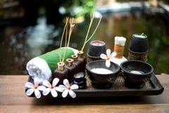 As bolas tailandesas da compressa da massagem dos termas, bola erval e termas do tratamento, relaxam e cuidado saudável com flor, Fotografia de Stock