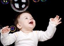 As bolhas pequenas da criança e de sabão Imagens de Stock Royalty Free