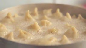 As bolinhas de massa caseiros são cozinhadas em uma bandeja Água a ferver com vapor no fogão de gás As bolinhas de massa feitos a vídeos de arquivo