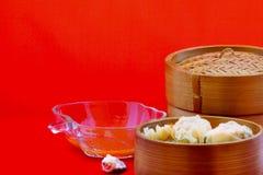 As bolinhas de massa são servidas na bandeja de bambu, pronta para ser apreciado fotografia de stock royalty free