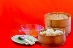 As bolinhas de massa são servidas na bandeja de bambu, pronta para ser apreciado imagem de stock