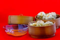 As bolinhas de massa são servidas na bandeja de bambu, pronta para ser apreciado imagem de stock royalty free