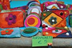 As bolsas feitos a mão em uma tenda do mercado Foto de Stock