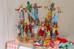 As bonecas de Shrovetide do russo em vestidos coloridos tradicionais no ` nacional do festival do russo Shrove o ` no eremitério  Fotos de Stock Royalty Free