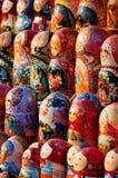As bonecas do assentamento de Matryoshka alinharam, lembranças de Rússia, bonecas de madeira, cerâmica, vestido tradicional difer Imagem de Stock Royalty Free