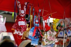 As bonecas pequenas de Shrovetide do russo em vestidos coloridos tradicionais no ` nacional do festival do russo Shrove o ` em Mo Imagem de Stock Royalty Free