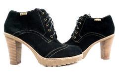 As botas das mulheres com camurça preta no fundo branco Imagem de Stock