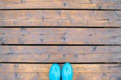 As botas de borracha azuis em placas de madeira copiam o espaço fotos de stock