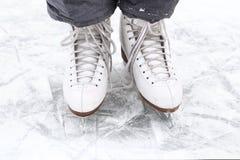 As botas do patim fecham-se acima da pista de gelo nevado da foto Fotografia de Stock