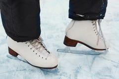 As botas do patim nos pés adolescentes da menina fecham-se acima da foto Fotos de Stock Royalty Free