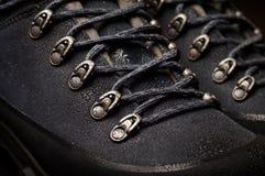 As botas do turista para a montanha caminham com solas e material reforçados da membrana imagem de stock royalty free