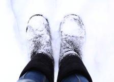 as botas fecham-se acima da foto no fundo do parque da neve Foto de Stock