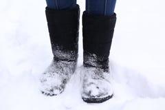 as botas fecham-se acima da foto no fundo do parque da neve Fotografia de Stock