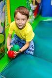 As brincadeiras em um trampolim inflável Fotografia de Stock