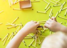 As brincadeiras pequenas com fósforos, fósforos combinam em caixas, fim-UPS, fogo, fósforo do lucifer, mão fotos de stock royalty free