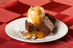As brownies do chocolate com gelado Fotos de Stock Royalty Free