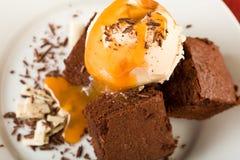 As brownies do chocolate com gelado Imagem de Stock