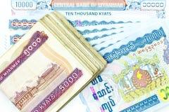 As cédulas da moeda espalharam através do kyat de myanmar do quadro na vária denominação Foto de Stock Royalty Free