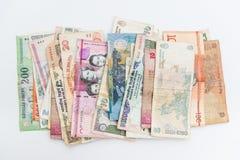 As cédulas diferentes espalharam do mundo inteiro no fundo branco fotos de stock royalty free