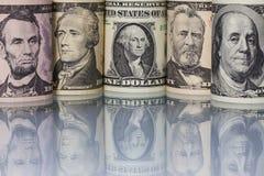 As cédulas do dólar americano na tabela de vidro Fotos de Stock