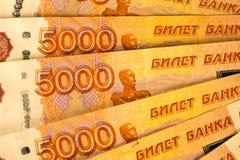 As cédulas do dinheiro do russo com valor o mais grande 5000 rublos fecham-se acima Tiro macro de cédulas alaranjadas Fotografia de Stock