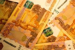 As cédulas do dinheiro do russo com valor o mais grande 5000 rublos fecham-se acima Tiro macro de cédulas alaranjadas Imagem de Stock