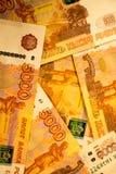 As cédulas do dinheiro do russo com valor o mais grande 5000 rublos fecham-se acima Tiro macro de cédulas alaranjadas Imagens de Stock Royalty Free