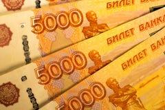 As cédulas do dinheiro do russo com valor o mais grande 5000 rublos fecham-se acima Tiro macro de cédulas alaranjadas Imagens de Stock