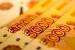 As cédulas do dinheiro do russo com valor o mais grande 5000 rublos fecham-se acima Tiro macro de cédulas alaranjadas Fotografia de Stock Royalty Free