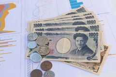 As cédulas japonesas dos ienes da moeda com iene japonês inventam no branco Imagem de Stock
