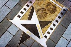 As cópias do nome e da mão de Jackie Chan no metal star no Aven fotografia de stock royalty free