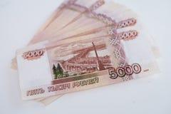 As c?dulas do dinheiro do russo com valor o mais grande 5000 rublos fecham-se acima foto de stock royalty free